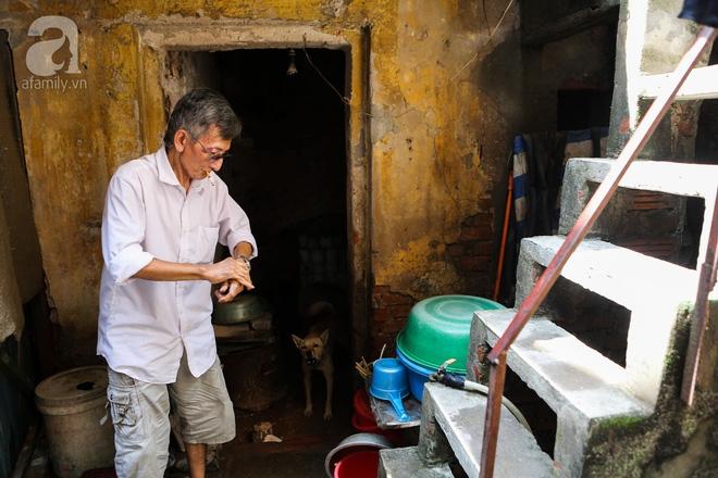 Sống khổ trong nhà phố cổ nằm trên nóc WC: Khi yêu đương vương mùi xú khí, bếp ăn ở cạnh bồn cầu  - Ảnh 5.