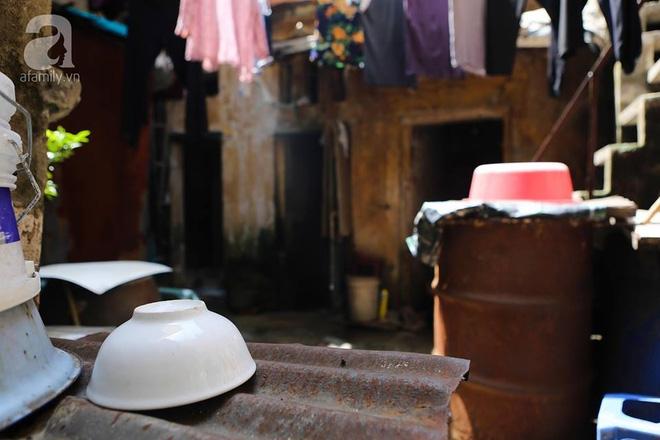 Sống khổ trong nhà phố cổ nằm trên nóc WC: Khi yêu đương vương mùi xú khí, bếp ăn ở cạnh bồn cầu  - Ảnh 6.