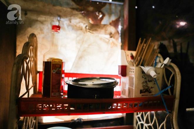 Sống khổ trong nhà phố cổ nằm trên nóc WC: Khi yêu đương vương mùi xú khí, bếp ăn ở cạnh bồn cầu  - Ảnh 7.