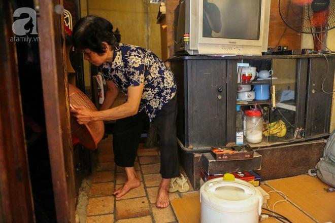 Sống khổ trong nhà phố cổ nằm trên nóc WC: Khi yêu đương vương mùi xú khí, bếp ăn ở cạnh bồn cầu  - Ảnh 10.