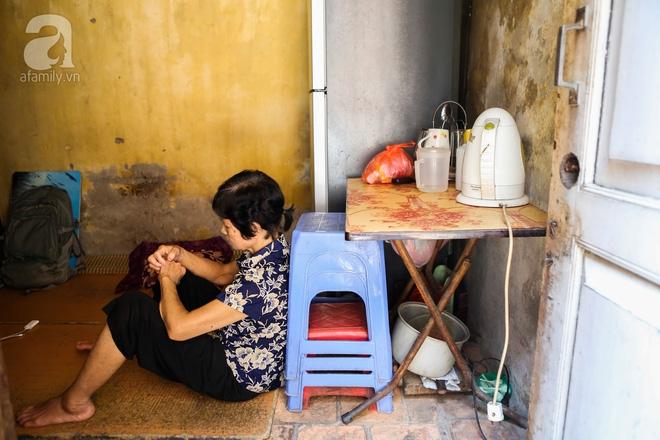Sống khổ trong nhà phố cổ nằm trên nóc WC: Khi yêu đương vương mùi xú khí, bếp ăn ở cạnh bồn cầu  - Ảnh 11.