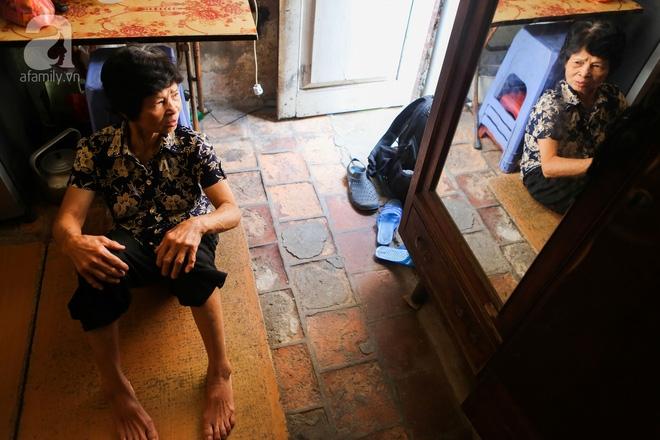 Sống khổ trong nhà phố cổ nằm trên nóc WC: Khi yêu đương vương mùi xú khí, bếp ăn ở cạnh bồn cầu  - Ảnh 14.