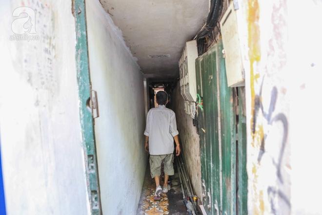 Sống khổ trong nhà phố cổ nằm trên nóc WC: Khi yêu đương vương mùi xú khí, bếp ăn ở cạnh bồn cầu  - Ảnh 16.