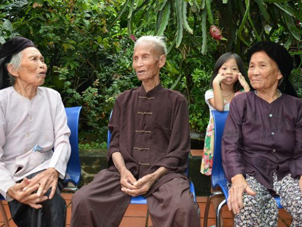 Bái phục ba anh em siêu thọ, siêu khỏe, 104 tuổi vẫn vác bê tông
