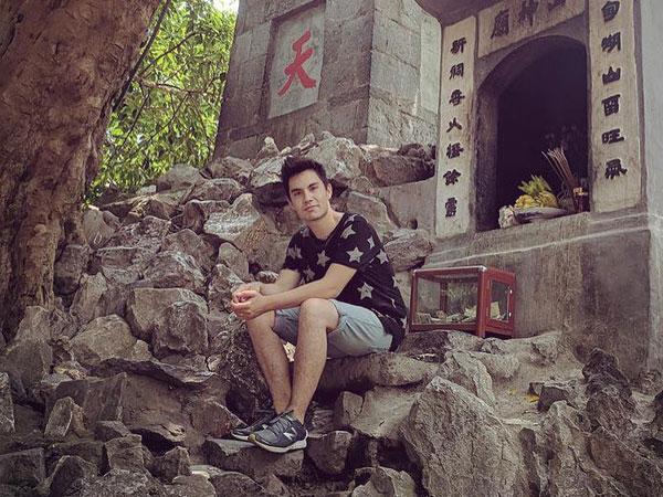 Cư dân mạng Việt Nam lên tiếng vì Sam Tsui up ảnh ngồi quay lưng vào bàn thờ ở Tháp Bút