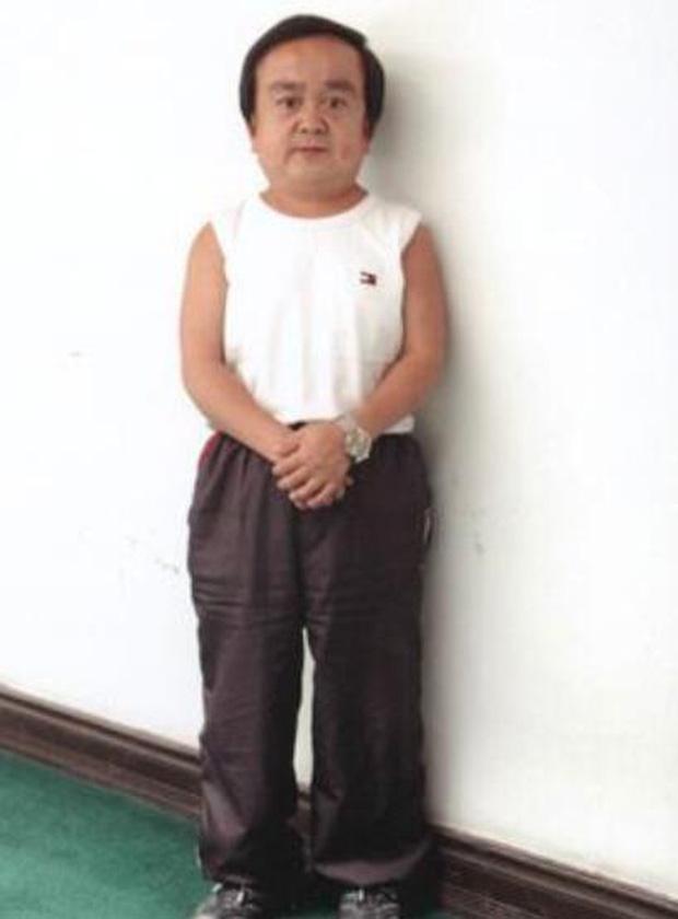 Chỉ cao hơn 1 mét, sao nam Thiên Long Bát Bộ vẫn có tổ ấm hạnh phúc bên bà xã kém 18 tuổi - Ảnh 1.
