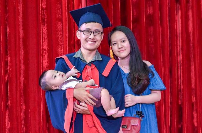 Nam sinh Bach khoa nhan bang tot nghiep loai gioi ben vo va con trai hinh anh 1