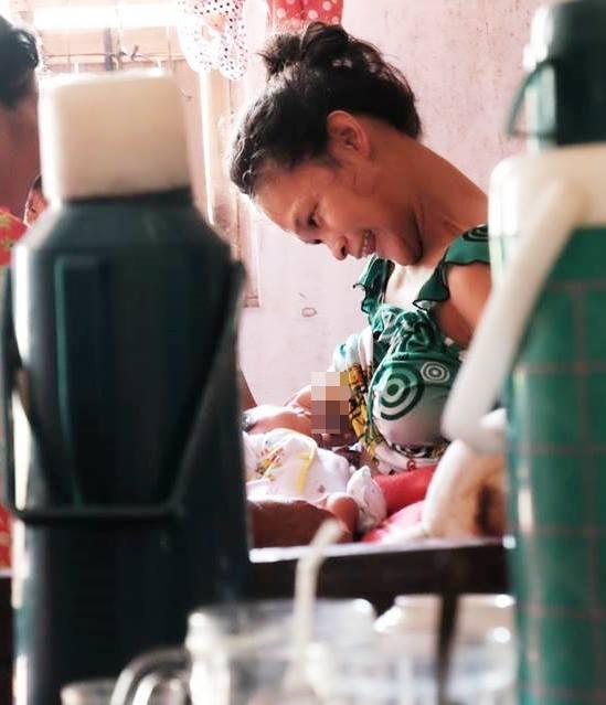 Nhìn cách người mẹ điên chăm sóc con gái sơ sinh 15 ngày tuổi ai cũng xúc động vì tình mẫu tử - Ảnh 9.