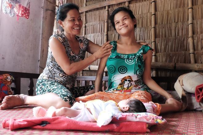 Nhìn cách người mẹ điên chăm sóc con gái sơ sinh 15 ngày tuổi ai cũng xúc động vì tình mẫu tử - Ảnh 10.
