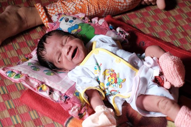 Nhìn cách người mẹ điên chăm sóc con gái sơ sinh 15 ngày tuổi ai cũng xúc động vì tình mẫu tử - Ảnh 15.