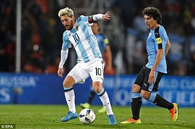 Messi ghi bàn duy nhất vào lưới Uruguay ở lượt đi