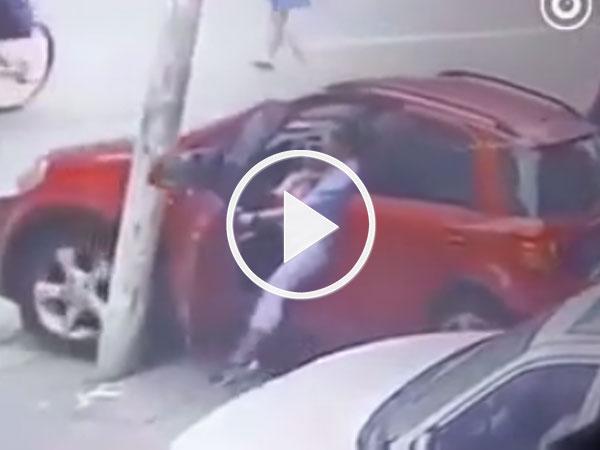 Video: Thò chân ra ngoài giữ ôtô bị trôi, nữ tài xế gãy gập chân