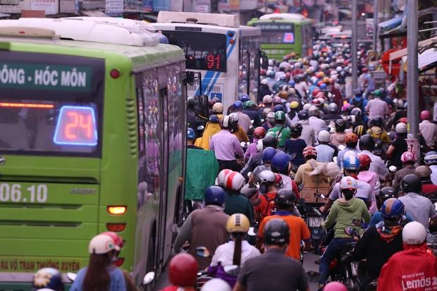 Bến xe chật kín người về quê nghỉ lễ mùng 2/9 - Ảnh 23.