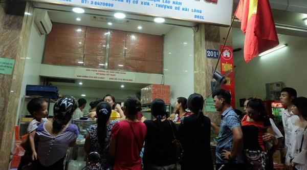 Hà Nội: Nửa đêm, hàng trăm người dân vẫn xếp hàng dài, chờ đợi hơn 30 phút để mua bánh Trung thu - Ảnh 1.