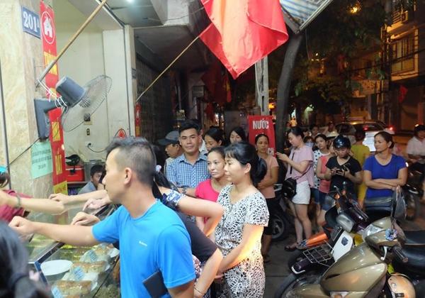 Hà Nội: Nửa đêm, hàng trăm người dân vẫn xếp hàng dài, chờ đợi hơn 30 phút để mua bánh Trung thu - Ảnh 2.