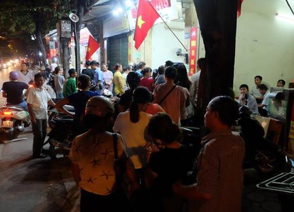 Hà Nội: Nửa đêm, hàng trăm người dân vẫn xếp hàng dài, chờ đợi hơn 30 phút để mua bánh Trung thu - Ảnh 3.