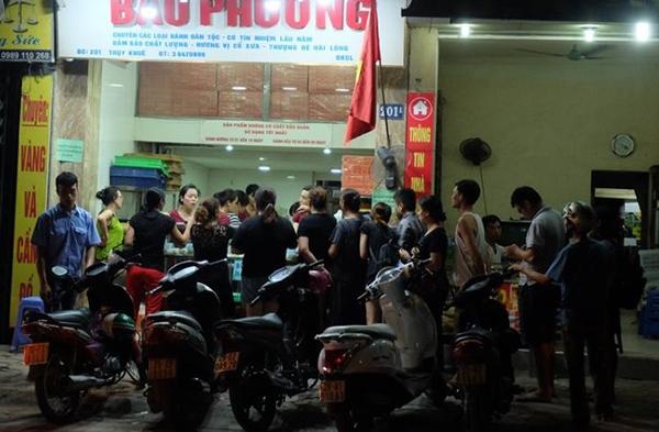 Hà Nội: Nửa đêm, hàng trăm người dân vẫn xếp hàng dài, chờ đợi hơn 30 phút để mua bánh Trung thu - Ảnh 4.