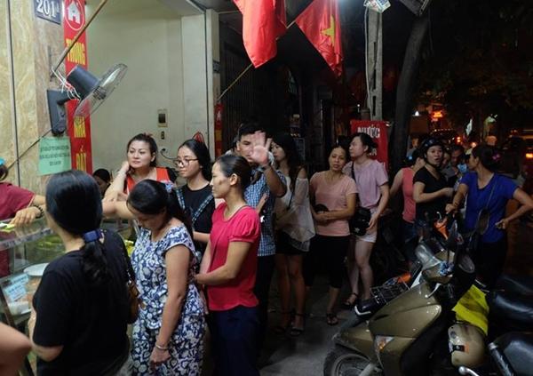 Hà Nội: Nửa đêm, hàng trăm người dân vẫn xếp hàng dài, chờ đợi hơn 30 phút để mua bánh Trung thu - Ảnh 5.