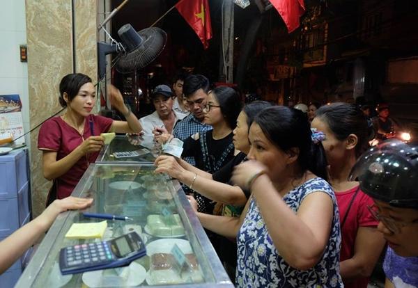 Hà Nội: Nửa đêm, hàng trăm người dân vẫn xếp hàng dài, chờ đợi hơn 30 phút để mua bánh Trung thu - Ảnh 6.