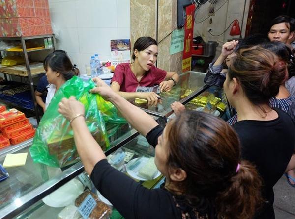 Hà Nội: Nửa đêm, hàng trăm người dân vẫn xếp hàng dài, chờ đợi hơn 30 phút để mua bánh Trung thu - Ảnh 7.
