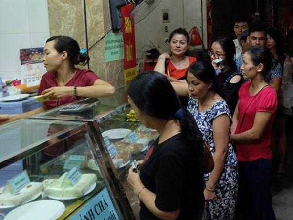 Hà Nội: Nửa đêm, hàng trăm người dân vẫn xếp hàng dài, chờ đợi hơn 30 phút để mua bánh Trung thu - Ảnh 8.