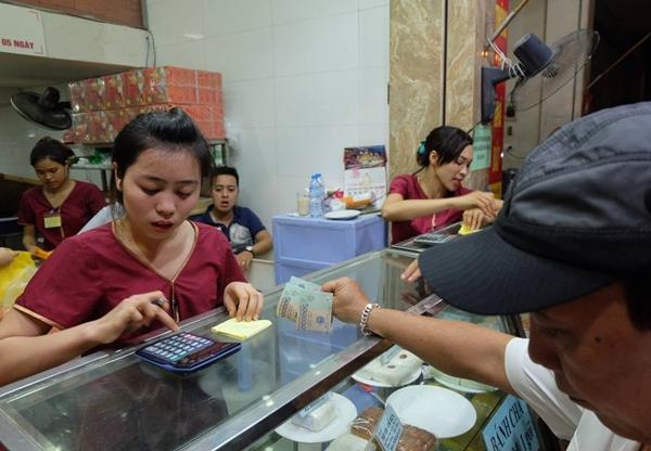 Hà Nội: Nửa đêm, hàng trăm người dân vẫn xếp hàng dài, chờ đợi hơn 30 phút để mua bánh Trung thu - Ảnh 9.