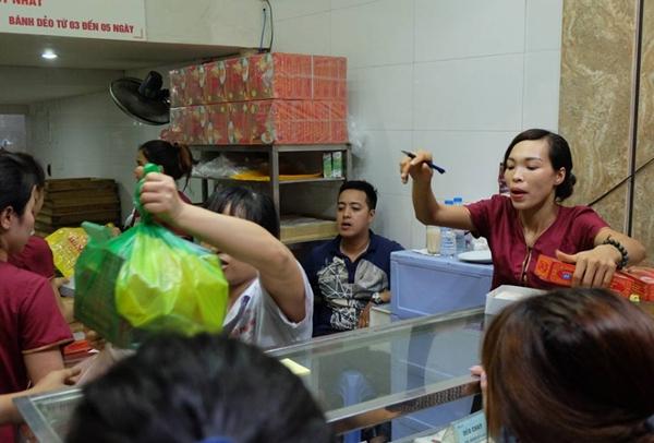 Hà Nội: Nửa đêm, hàng trăm người dân vẫn xếp hàng dài, chờ đợi hơn 30 phút để mua bánh Trung thu - Ảnh 10.