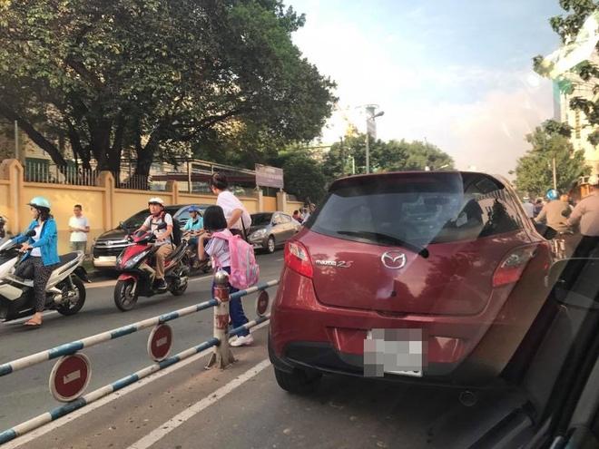 Hành động gây nhức nhối của bà mẹ trước cổng trường tiểu học ở Sài Gòn  - Ảnh 1.