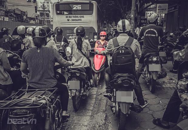 Hành động gây nhức nhối của bà mẹ trước cổng trường tiểu học ở Sài Gòn  - Ảnh 3.