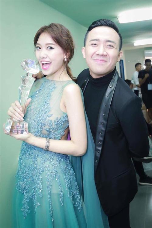 Kỉ niệm 600 ngày yêu nhau, Hari Won hạnh phúc ngả đầu vào vai Trấn Thành - Ảnh 3.