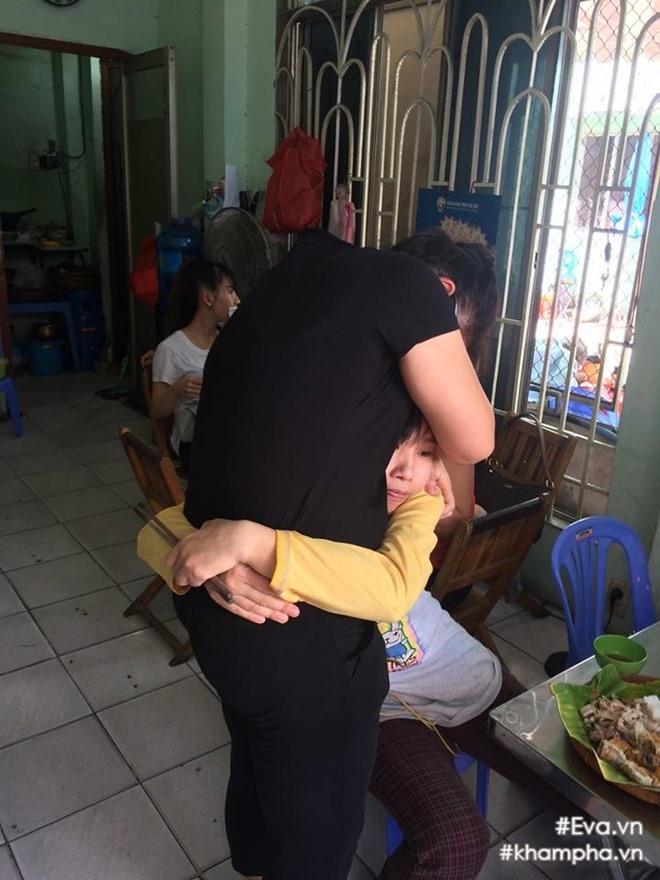 me dong hung bat khoc truoc viec con trai bi chu no hanh hung - 4