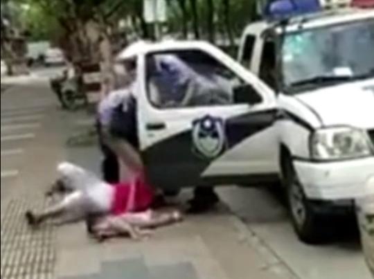 Trung Quốc: Cảnh sát quật ngã người phụ nữ đang đang bế trẻ - Ảnh 2.