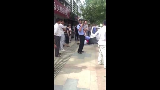Trung Quốc: Cảnh sát quật ngã người phụ nữ đang đang bế trẻ - Ảnh 3.