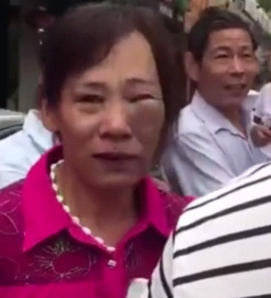 Trung Quốc: Cảnh sát quật ngã người phụ nữ đang đang bế trẻ - Ảnh 6.