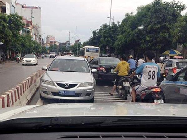 Xác minh xe biển xanh chạy ngược chiều gây tắc đường ở Hà Nội