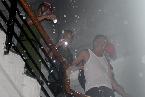 Chủ nhà và vợ cùng con gái thoát ra khỏi đám cháy trước khi lửa bao trùm. Ảnh: Nguyên Dương