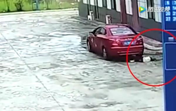 Bé gái 9 chết tức tưởi vì bị ô tô của bố chèn qua người - Ảnh 1.