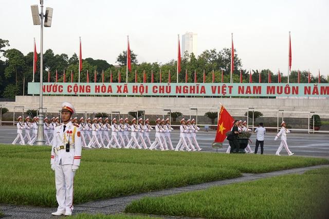 Đúng 6 giờ, lễ chào cờ bắt đầu, các chiến sỹ đội nghi lễ của Đoàn 275 thuộc Bộ Tư lệnh bảo vệ lăng Chủ tịch Hồ Chí Minh tiến ra quảng trường Ba Đình trong âm hưởng bài hát Tiến bước dưới Quân kỳ.