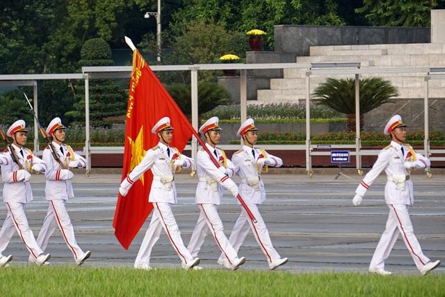 Trong dịp lễ Quốc khánh, cờ Tổ quốc không hạ vào ngày hôm trước, sẽ không có thao tác kéo cờ Tổ quốc lên cột cờ nhưng mọi nghi thức chào cờ vẫn diễn ra trang trọng.