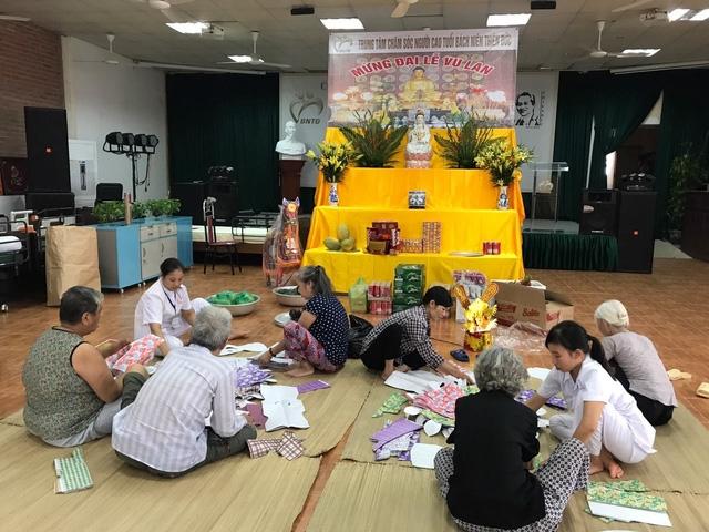 Các cụ ở Trung tâm Thiên Đức tham gia ngày Lễ Vu Lan của Trung tâm. Ảnh: T.G