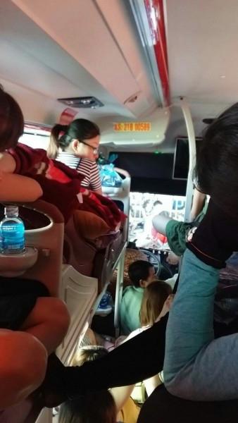 Nữ du khách trẻ phát khóc khi chứng kiến cảnh xe nhồi khách ngày 2/9 - Ảnh 3.