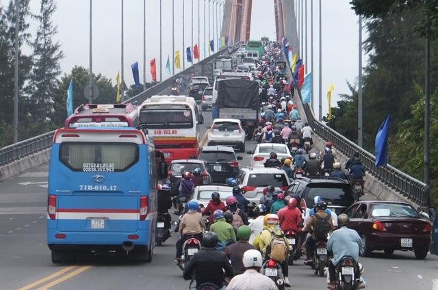 Rừng xe nối đuôi nhau khi qua cầu Rạch Miễu.