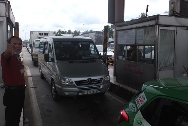 Mặc dù kẹt xe kéo dài nhiều giờ nhưng trạm thu phí BOT cầu Rạch Miễu vẫn tổ chức thu phí bình thường