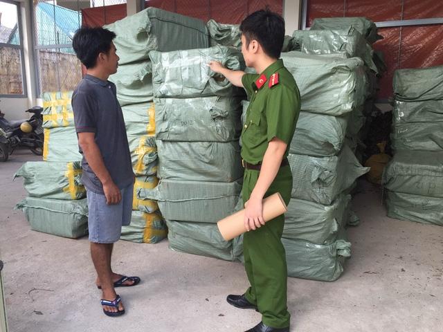 Lái xe Nguyễn Văn Huệ và tang vật gần 1 triệu gói dầu gội đầu, dầu xả không rõ nguồn gốc, bị công an huyện Cao Lộc bắt giữ