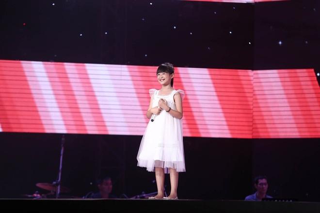 Bé gái biết nói giọng 3 miền, thả thính HLV Giọng hát Việt nhí khiến khán giả phát cuồng - Ảnh 2.