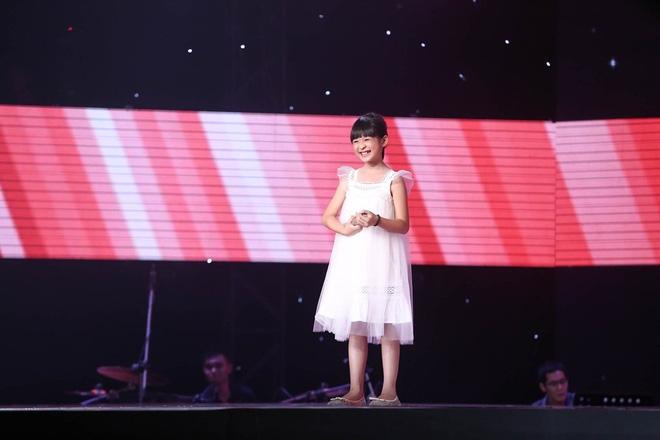 Bé gái biết nói giọng 3 miền, thả thính HLV Giọng hát Việt nhí khiến khán giả phát cuồng - Ảnh 3.