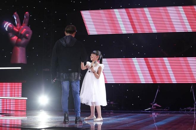 Bé gái biết nói giọng 3 miền, thả thính HLV Giọng hát Việt nhí khiến khán giả phát cuồng - Ảnh 4.