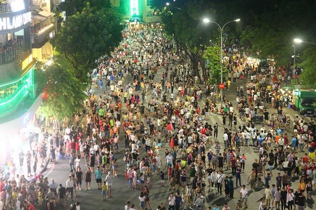 Chùm ảnh: Giới trẻ khắp mọi miền háo hức dạo phố đêm Quốc Khánh 2/9 - Ảnh 1.