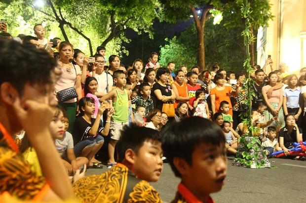 Chùm ảnh: Giới trẻ khắp mọi miền háo hức dạo phố đêm Quốc Khánh 2/9 - Ảnh 4.