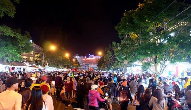Chùm ảnh: Giới trẻ khắp mọi miền háo hức dạo phố đêm Quốc Khánh 2/9 - Ảnh 9.